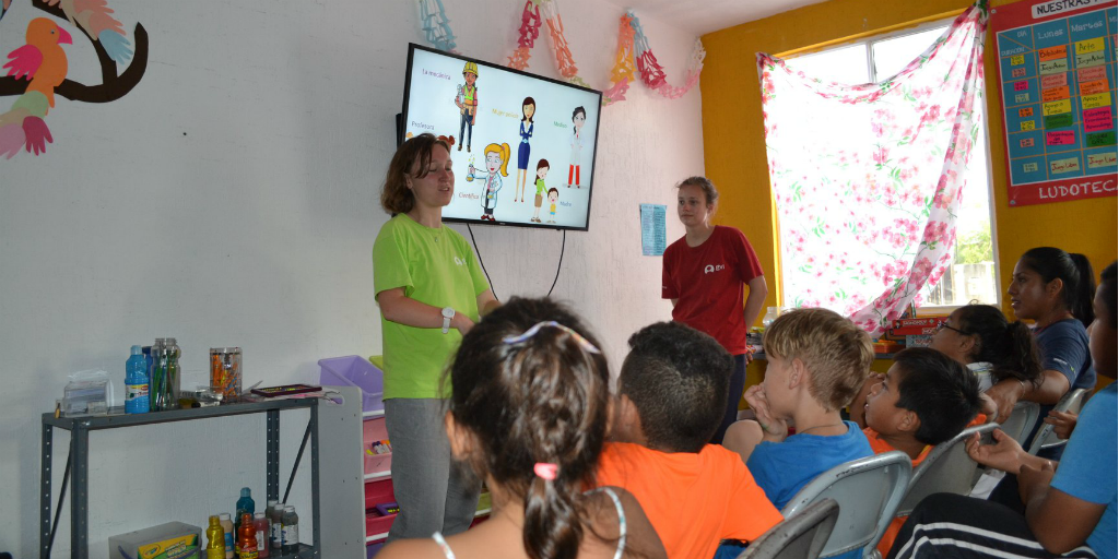 GVI volunteers working with children in Peurto Morelos, Mexico.